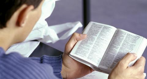 The picture shows a student reading a book. Photo & Copyright: Uni Kiel