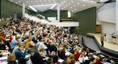 Das Bild zeigt eine Vorlesung im Audimax. Foto & Copyright: Kröger/Dorfmüller / Uni Kiel